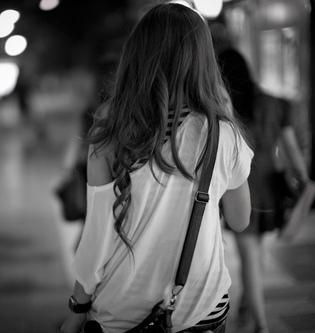 menina_andando-preto_e_branco